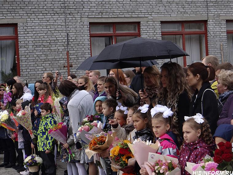 В День знаний апатитских первоклассников накрыло дождём