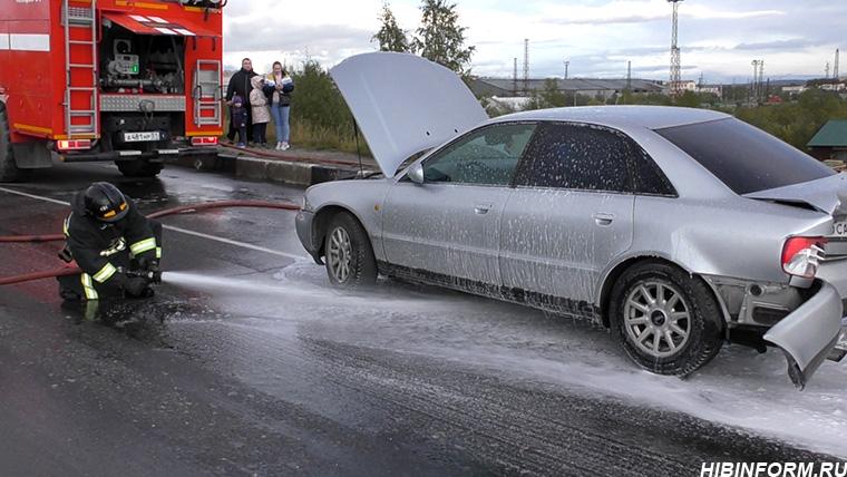 В Апатитах на мосту Mitsubishi разорвал бензобак Audi