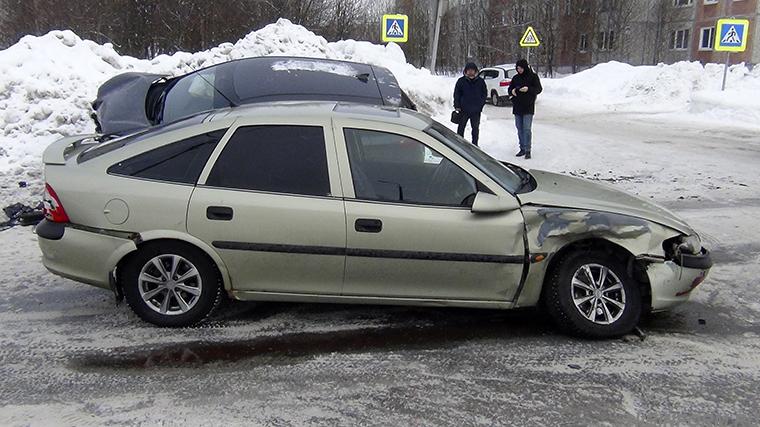 В Апатитах на улице Строителей столкнулись Kia и Opel, движение затруднено