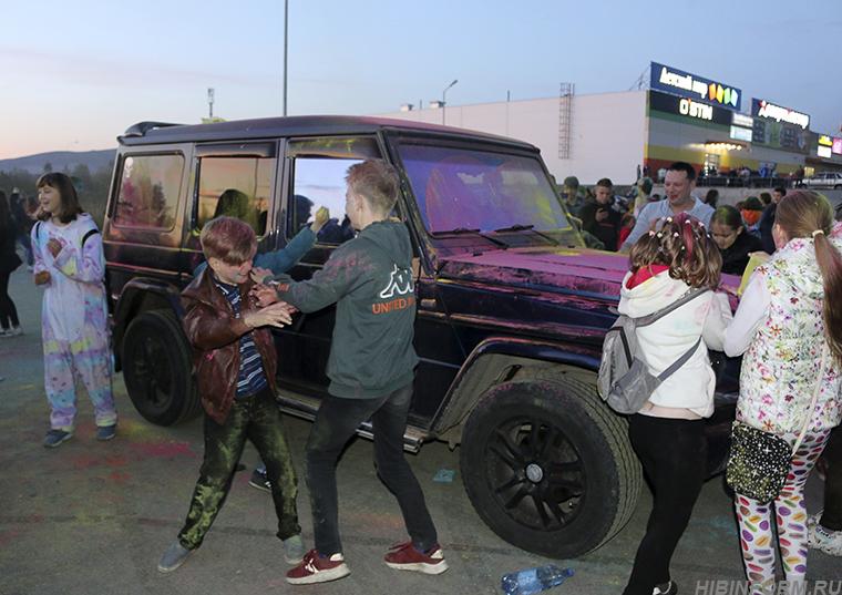 Участники фестиваля в Апатитах забросали «Гелендваген» розовой краской