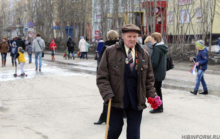 В одном строю и стар, и млад — «Бессмертный полк» прошёл по апатитским улицам