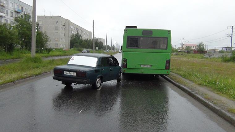 """На улице Строителей """"Лада"""" въехала в припаркованный автобус"""
