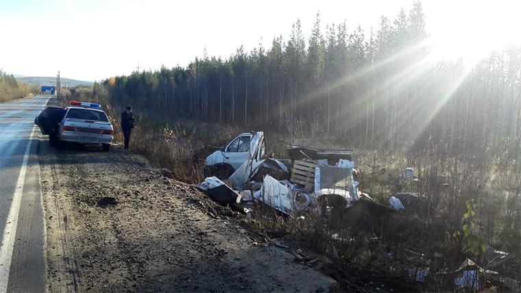 В Апатитах на скользкой дороге грузовик выбросило на легковушку