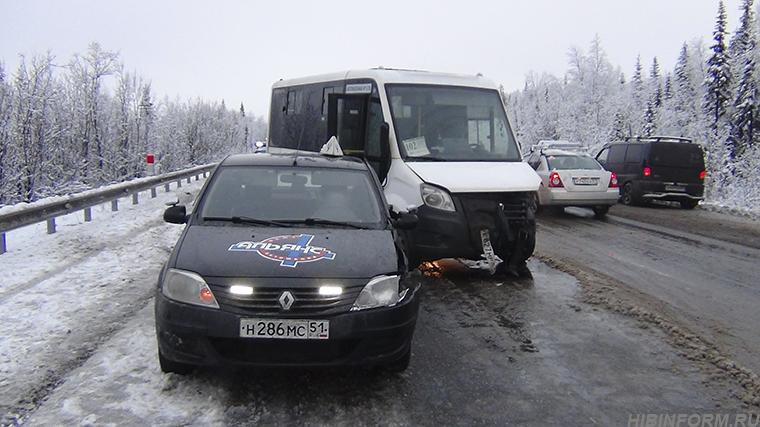 Между Кировском и Апатитами — лобовое ДТП с маршруткой. Пострадали женщина и ребёнок